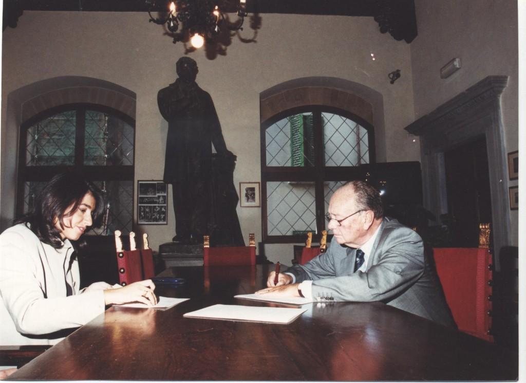 Il Prof. Franco Scaramuzzi firma l'Atto Costitutivo della UNASA redatto dal notaio Patrizia Bartoli