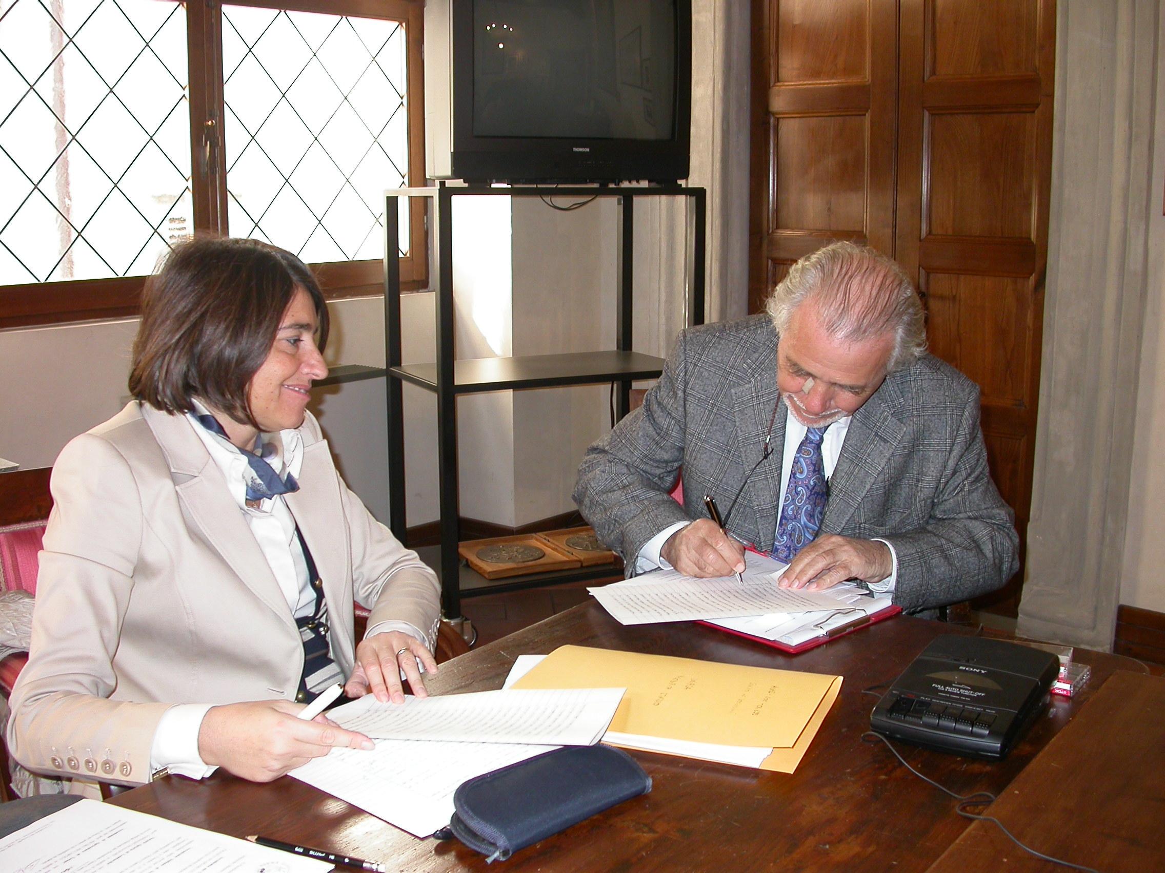 Il prof. Michele Stanca firma le modifiche di statuto dell'UNASA, riviste dal notaio Patrizia Bartoli