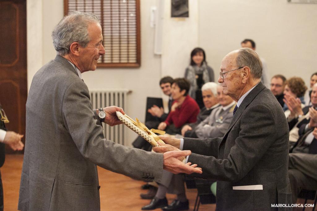 Il Prof. Alpi consegna al Prof. Scaramuzzi il diploma di Presidente Onorario UNASA (Foto: Mario Llorca)